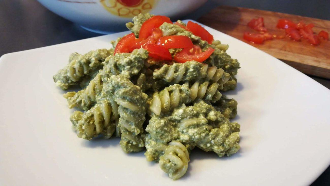 Eliche al pesto di basilico con zucchine e ricotta