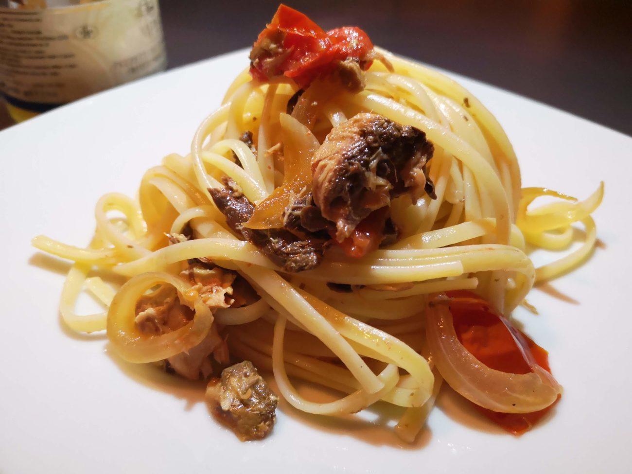 Spaghetti con pomodorini arrostiti e buzzonaglia di tonno
