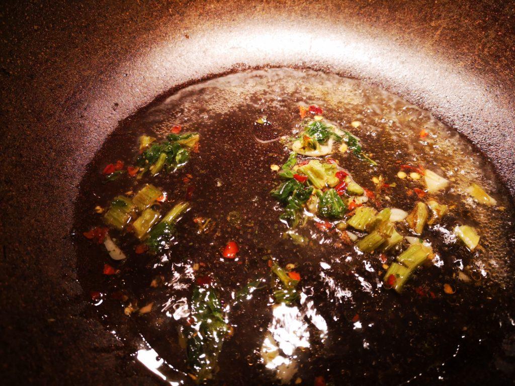 Soffriggere l'aglio, il prezzemolo e il peperoncino aggiungendo  acqua