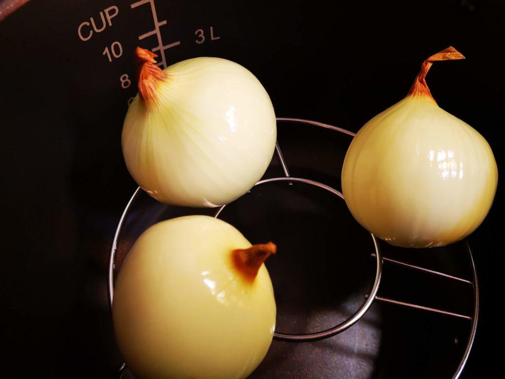 eliminate la buccia delle cipolle e cuocetele a vapore