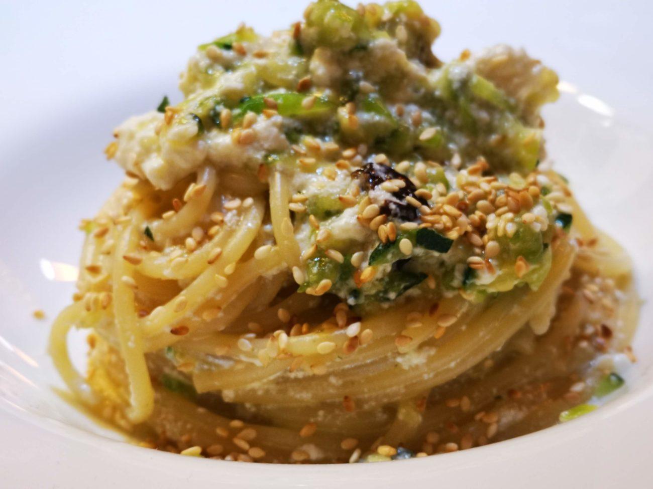 Spaghettoni con zucchine ricotta e ciciulena