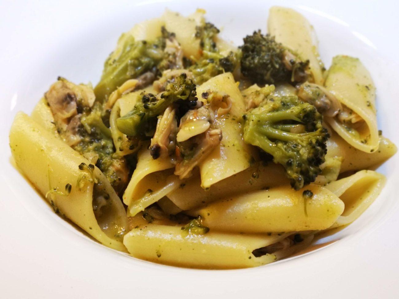 Pennoni con crema di broccoli e vongole speziate