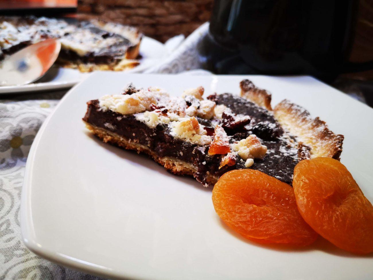 Crostata con crema al cioccolato, albicocche e mirtilli rossi