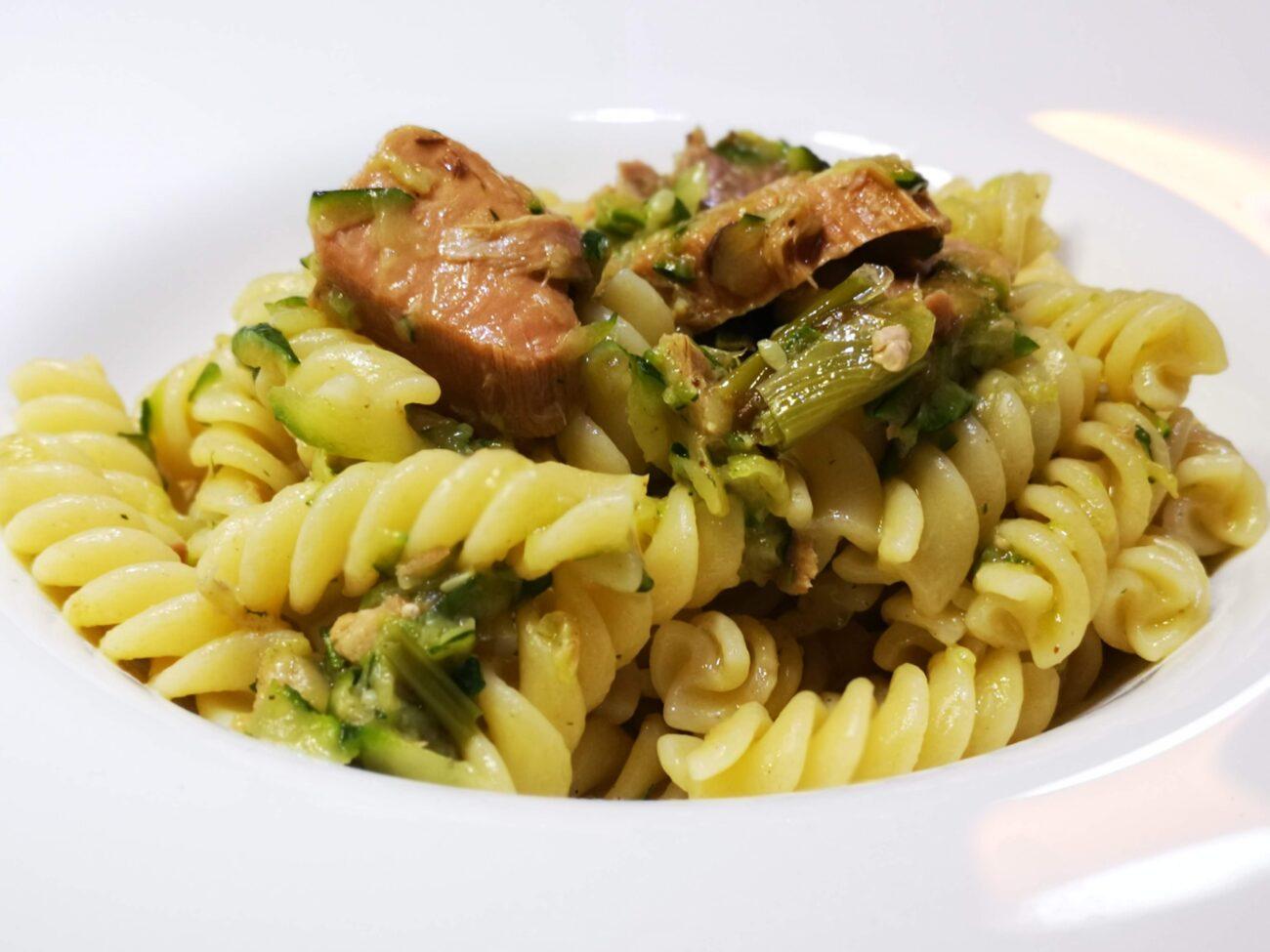 Pasta con zucchine, tonno a pezzetti e zenzero