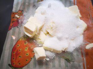 lavorate il burro e lo zucchero a crema