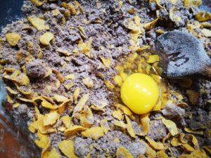 rompete l'uovo all'impasto