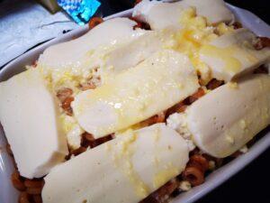 versa l'uovo sbattuto con il formaggio sugli anelletti;
