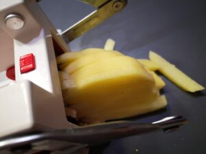 ricavate con un'affetta verdure dei bastoncini di patate