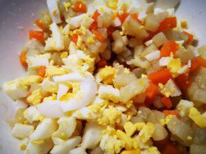 uniti le verdure e l'uovo sodo