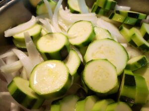 fate soffriggere la cipolla e la zucchina