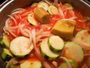 cuocete lentamente la cipolla e la zucchina