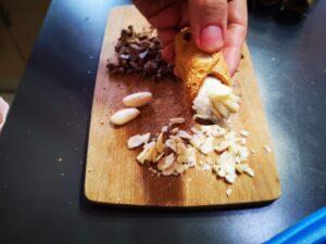 guarnite ogni lato con cioccolato e mandorle tritate