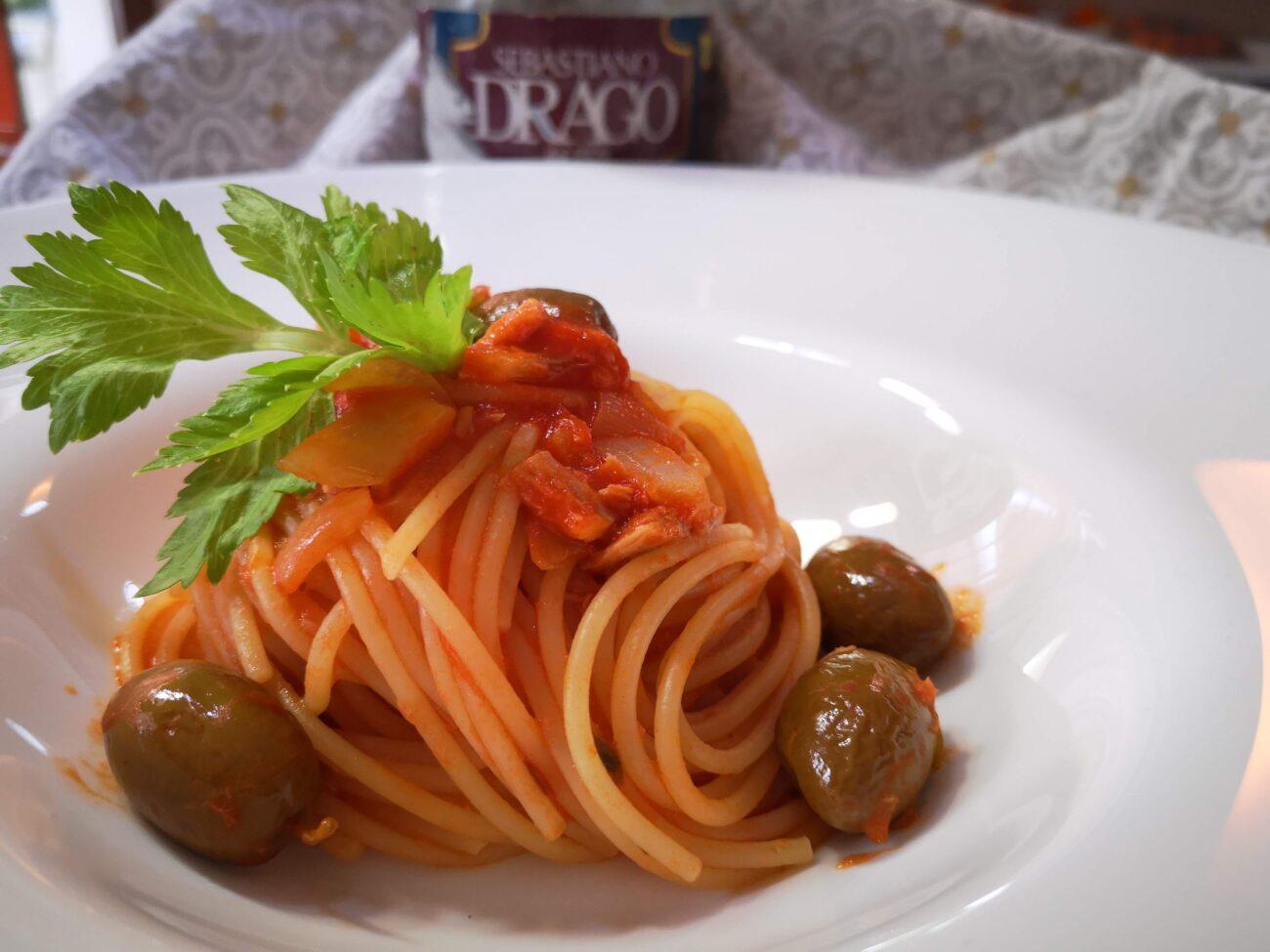Spaghetto al sugo di tonno e olive verdi