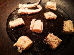 In una padella scaldate dell'olio e appena sarà a temperatura, cuocete il polpo;