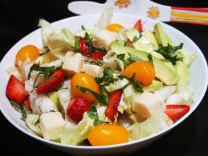 Insalata di fragole e pomodori gialli