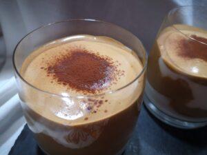 Bicchieri di mousse al caffè e yogurt