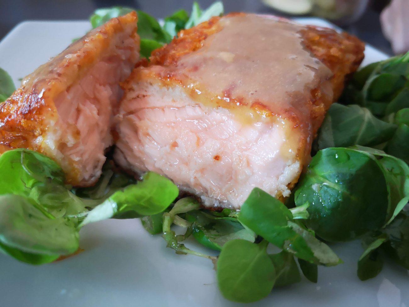 Salmone croccante con salsa alla senape e miele